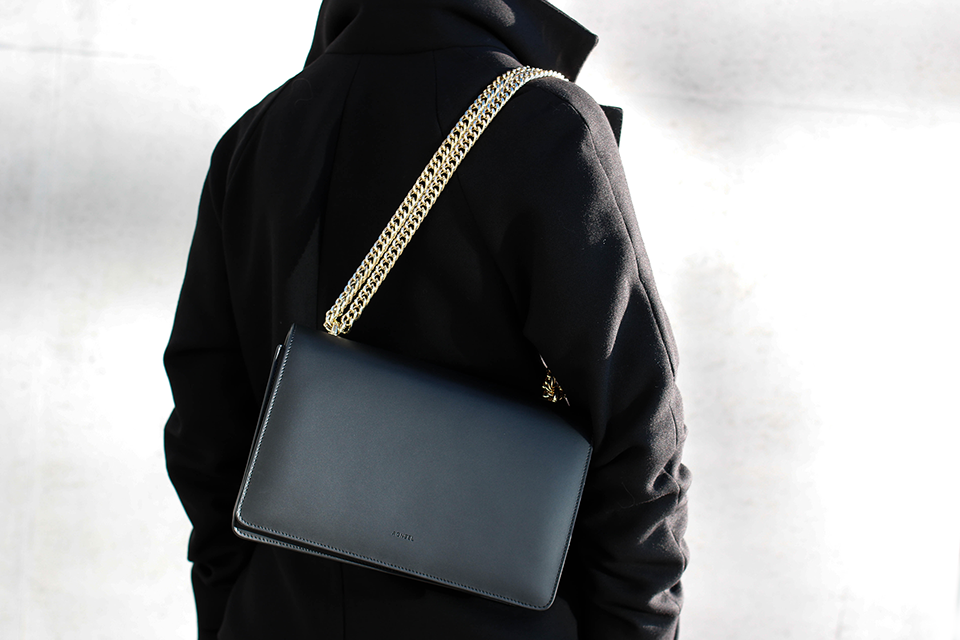 noa-noir-fashion-outfit-all-black-monochrome-minimal-inspiration-chain-bag-silver-blonde-4-1.png