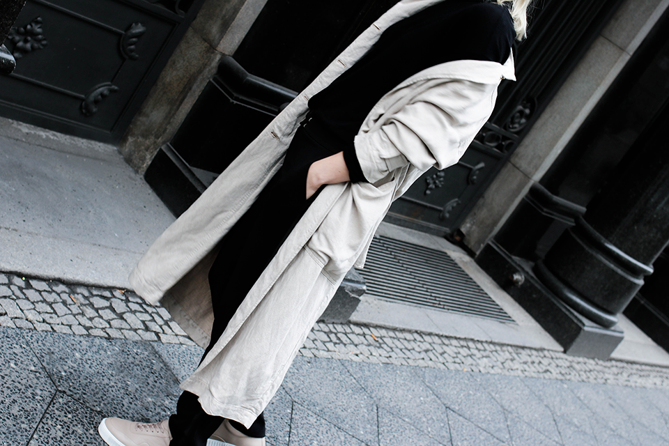 noa-noir-fashion-outfit-closed-trench-nude-sneakers-minimal-streetstyle-2.png