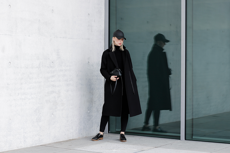 noa-noir-fashion-outfit-all-black-minimal-transition-streetstyle-stutterheim-black-cap-3.png