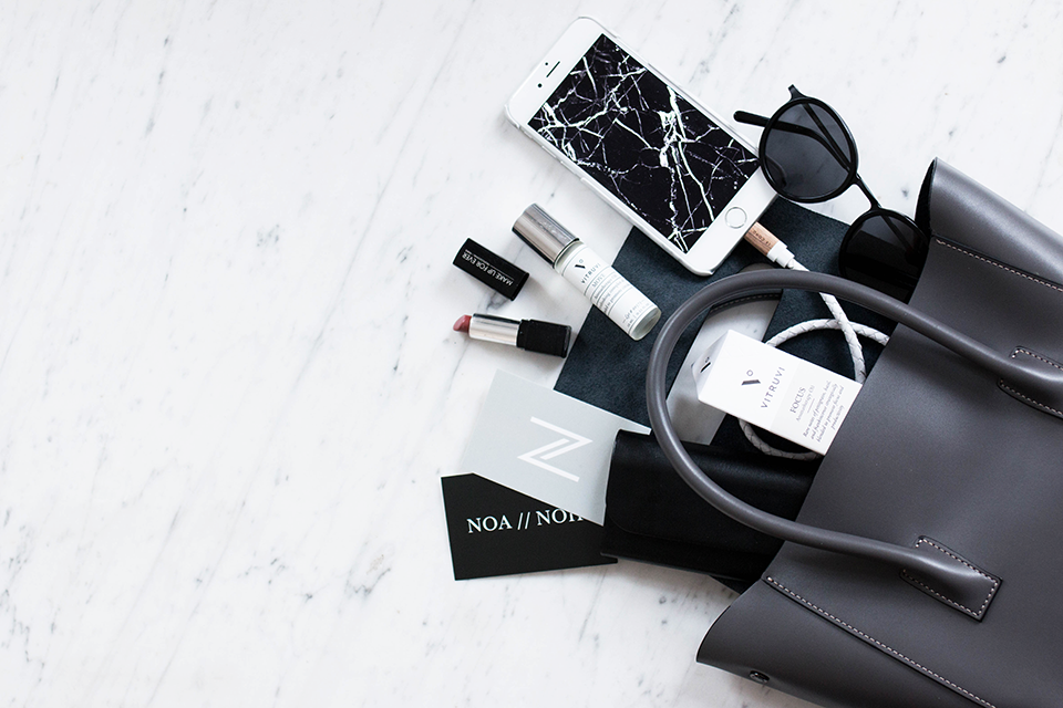 noa-noir-lifestyle-fashion-minimal-style-what-is-in-my-bag-aceandtate-vitruvi-lecord-marble-monochrome-1.png