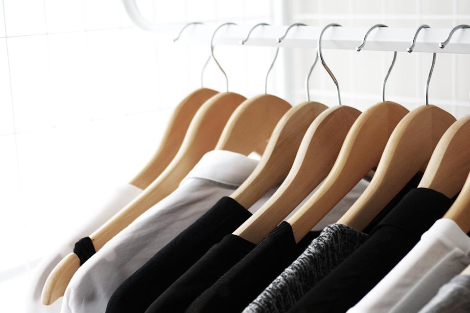 noa-noir-lifestyle-wardrobe-curation-declutter-closet-minimal-hanger-system-3.jpg