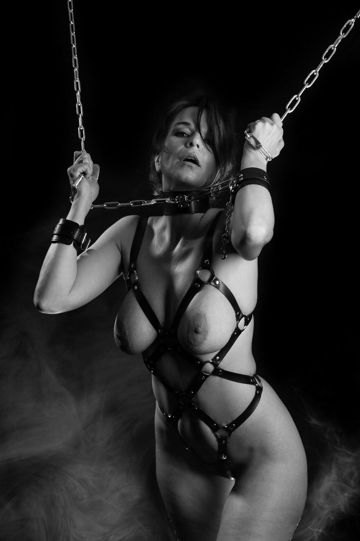 BDSM NAAKTSHOOT MET ROOKMACHINE