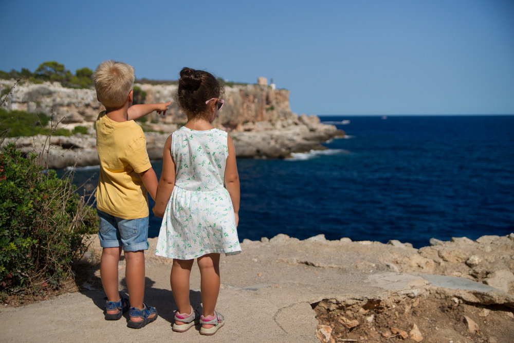 kids-cliff-holding-hands