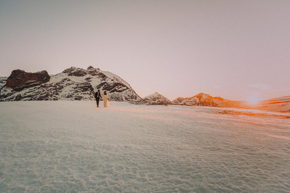 Velkommen - Her hos Arctic Dream Weddings er vi klare for å fange de magiske øyeblikkene fra deres arktiske drømmebryllup. Å kombinere det fantastiske landskapet med den spesielle dagen skaper vakre, eventyrlige bilder som dere vil elske, og venner og familie vil misunne dere for. Planlegger dere et vinterbryllup? Hva med å ta bryllupsbilder under nordlyset? Nord-Norge er ikke bare en destinasjon, men et eventyr dere aldri vil glemme.Vi er et energisk og kreativt team med lidenskap for bryllup og flott natur, som er spesialisert på bilder hvor mennesker, miljø og lokasjon jobber i harmoni. Fokus på stemning, farger, lys og komposisjon er sentralt i bildene våre, og det å jobbe utendørs gir enorme muligheter for lyssetting, lokasjoner og kreativitet.Hvorfor bør dere velge Arctic Dream Weddings?Dere er et par som ikke følger vanlige tradisjoner og regler.Dere har en uslokkelig tørst for eventyr og oppdagelse.Dere verdsetter opplevelser framfor eiendeler.Dere ønsker uvanlige og karakteristiske bryllupsbilder tatt i rå og vakker natur.Dere ønsker at bryllupsbildene deres skal være vakre og artistiske framfor ren dokumentasjon.