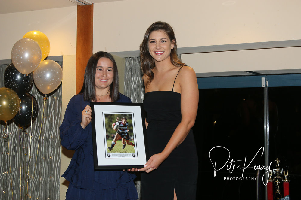 Laura O'Brien (L) receives the Women's 1st Grade Best and Fairest from Lauren Salmon (R)