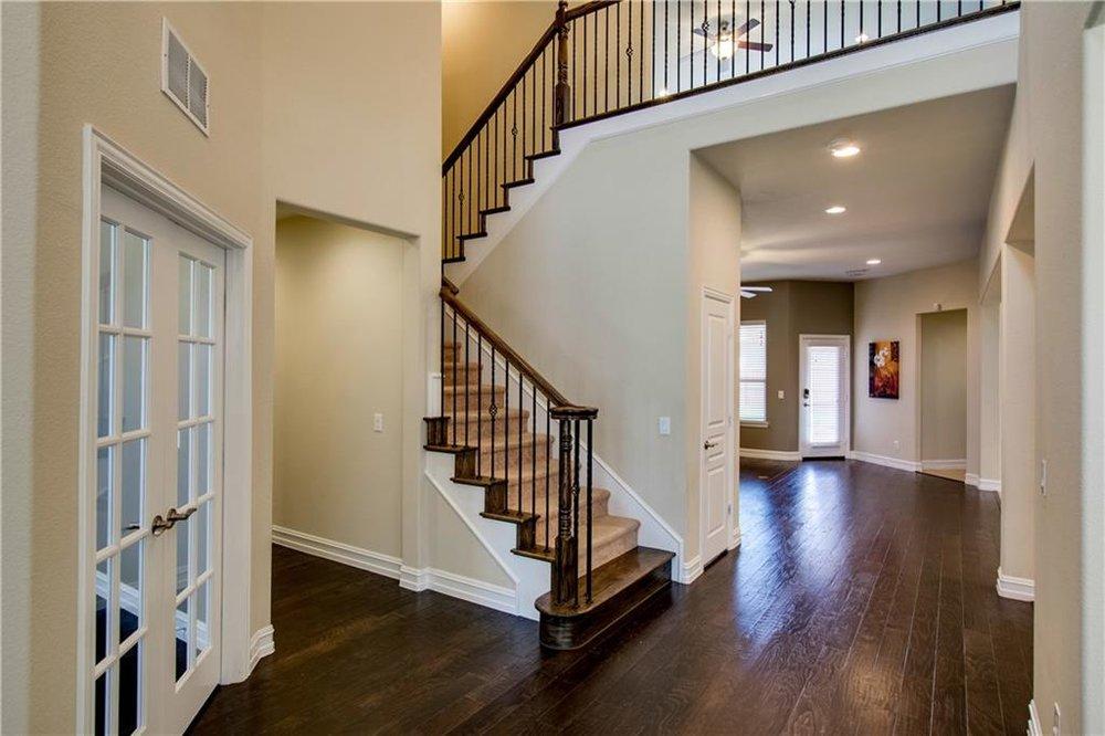 Entry/Foyer w Hardwood Floors
