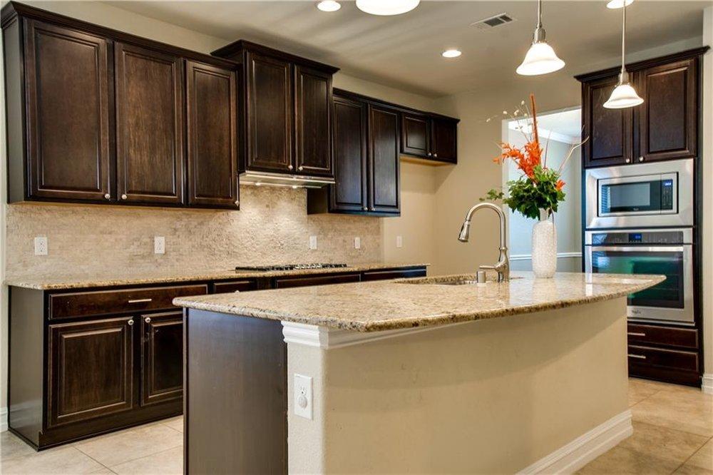 Kitchen w Granite & Knotty Alder Cabinets