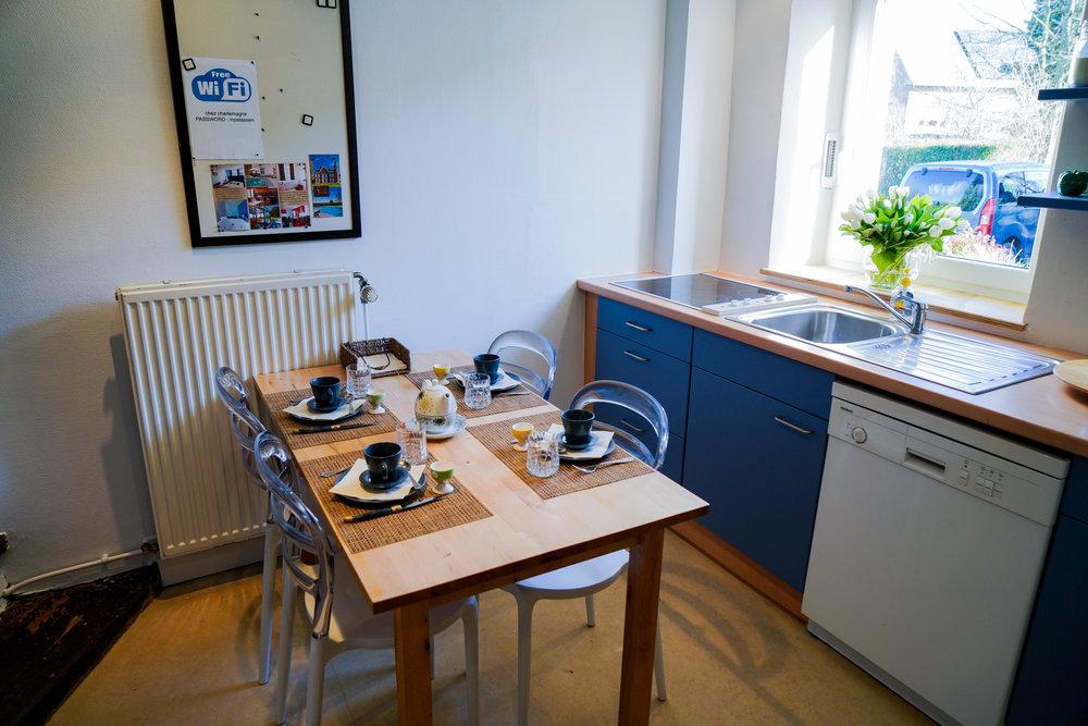 Cuisine - Super équipée avec micro-onde, frigo, congélateur, lave-vaisselle, vitro-céramique, grille-pain, percolateur, …