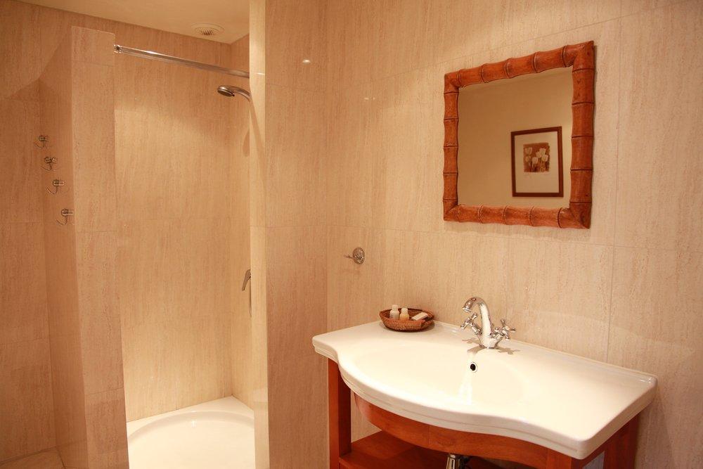 Badkamer 1 - Met lavabo, WC en douche.