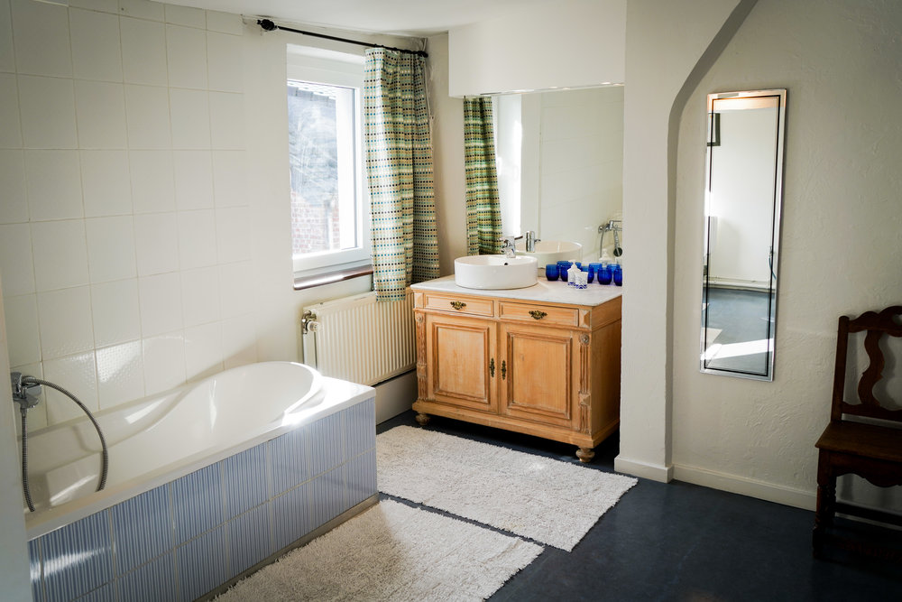 Badkamer 2 - Met wasmachine, lavabo, WC en badkuip.