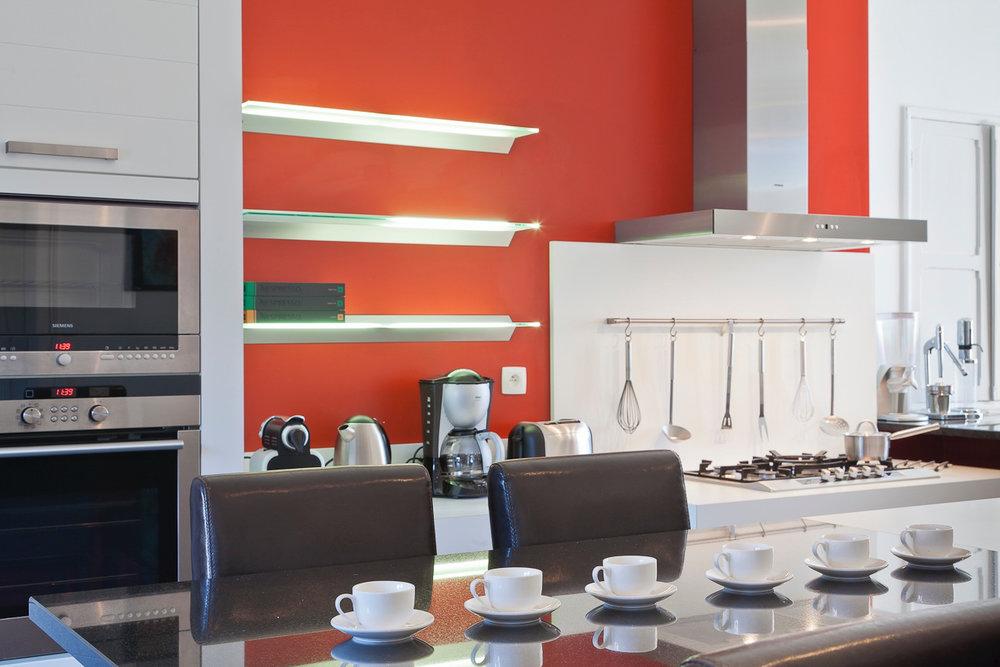 Keuken - Zeer uitgeruste keuken voor 14 personen.Via de keuken heeft u ook rechtstreeks toegang tot een patio met zomerkeuken.