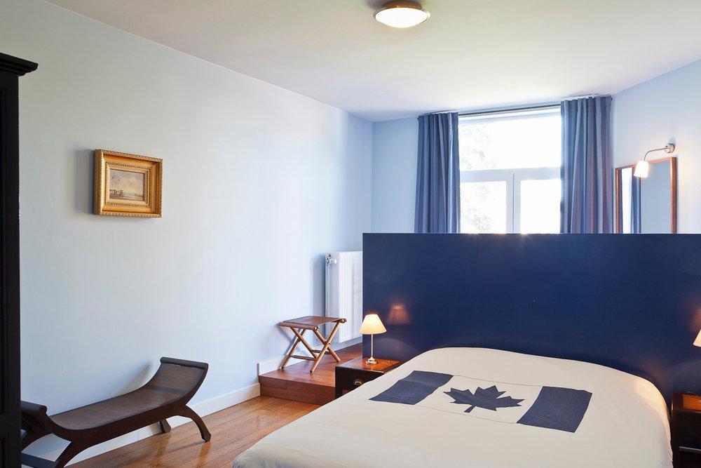Kamer 2 - Met zicht op de tuin, een tweepersoonsbed en een badkamer met bubbelbad.