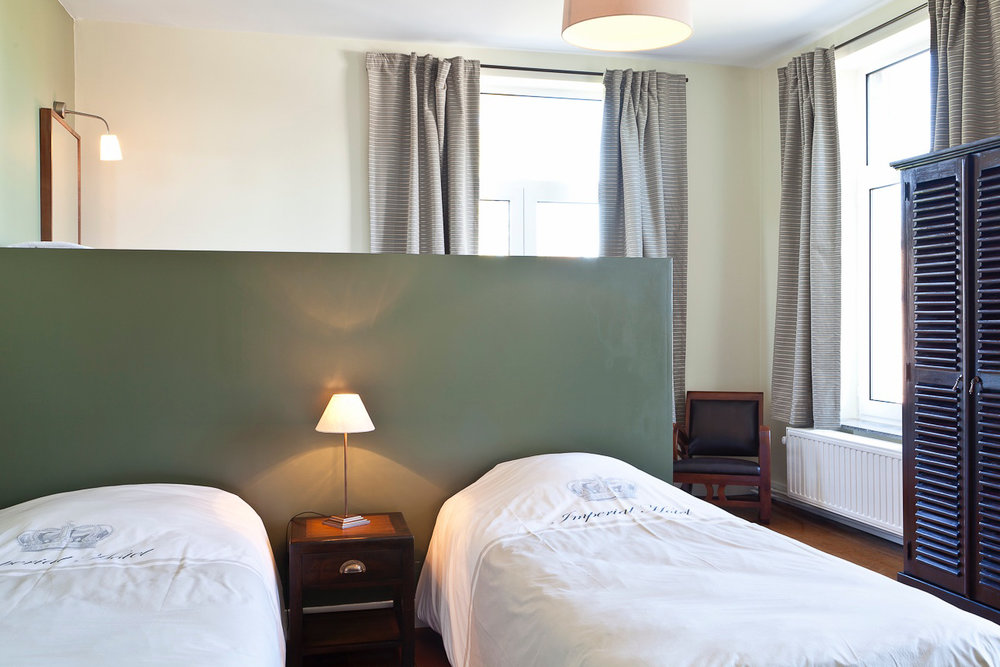 Kamer 3 - Voorzien van twee éénpersoonsbedden en een badkamer met bubbelbad.