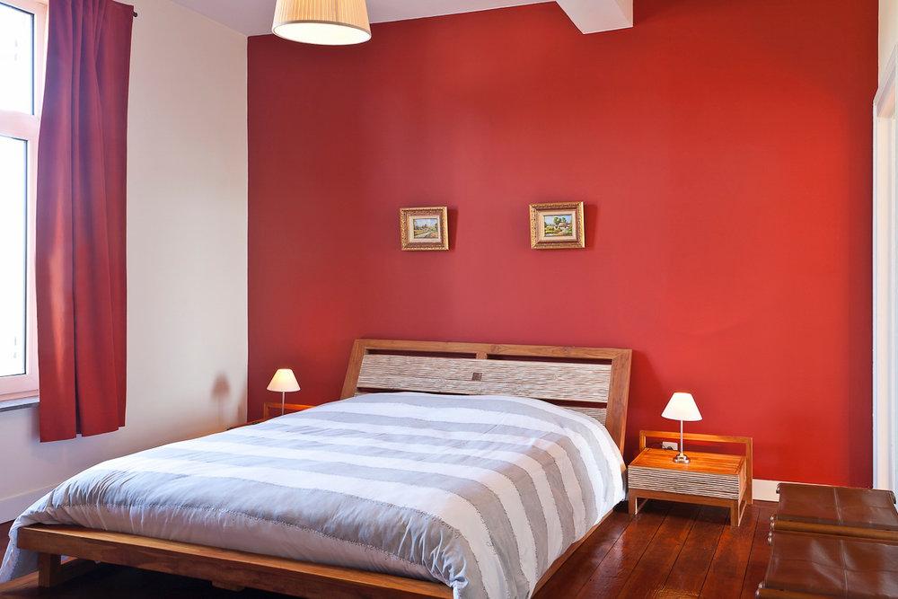 Kamer 4 - Voorzien met een TV, een tweepersoonsbed, met badkamer uitgerust met een bubbelbad voor 2 personen en een toilet.