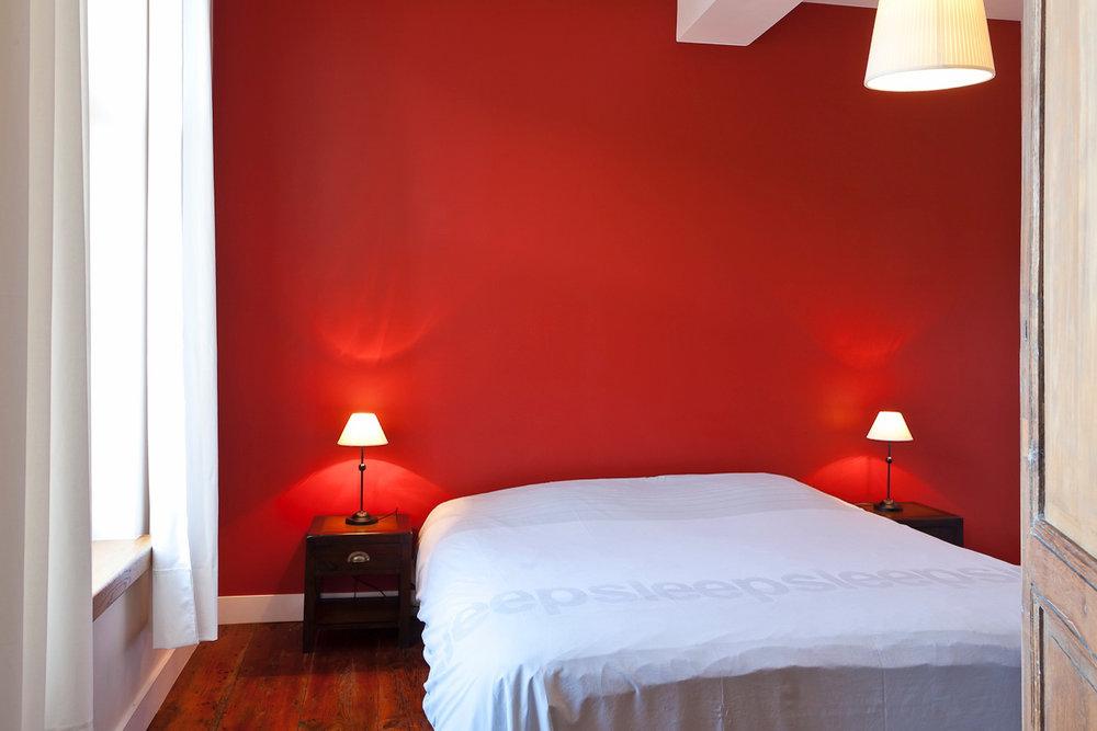 Kamer 5 - Een tweepersoonsbed met een gezellige TV hoek en een volledig uitgeruste badkamer met bubbelbad,douche en WC.