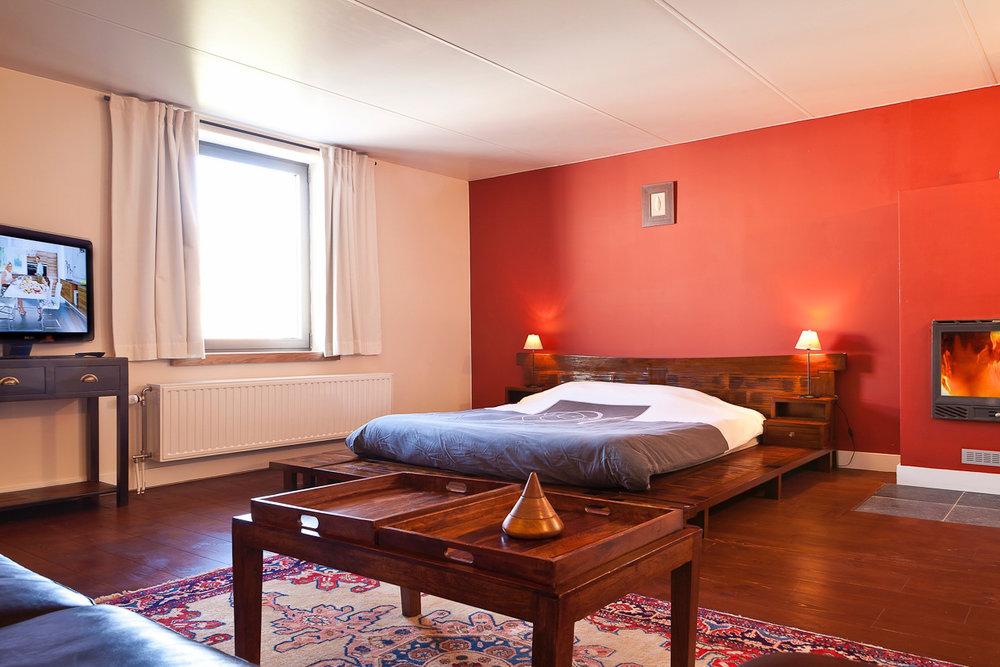 Kamer 7 - Een tweepersoonsbed, met open haard, zithoek,een badkamer met bubbelbad, WC en TV.