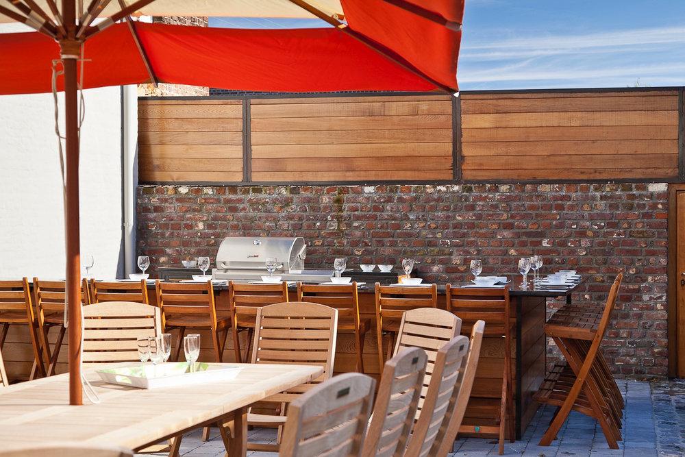 Terrasse - Une grande terrasse super équipée vous invite à la détente, cuisine d'été avec BBQ, salon d'été et chaises longues.