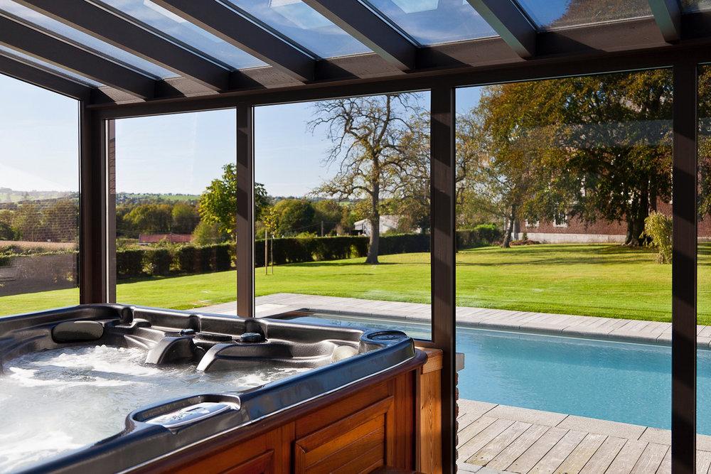 Jacuzzi - Voor 5 personen, met zicht op de tuin en het zwembad.