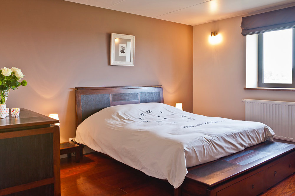 Kamer 5 - Een tweepersoonsbed met TV,een badkamer en WC.