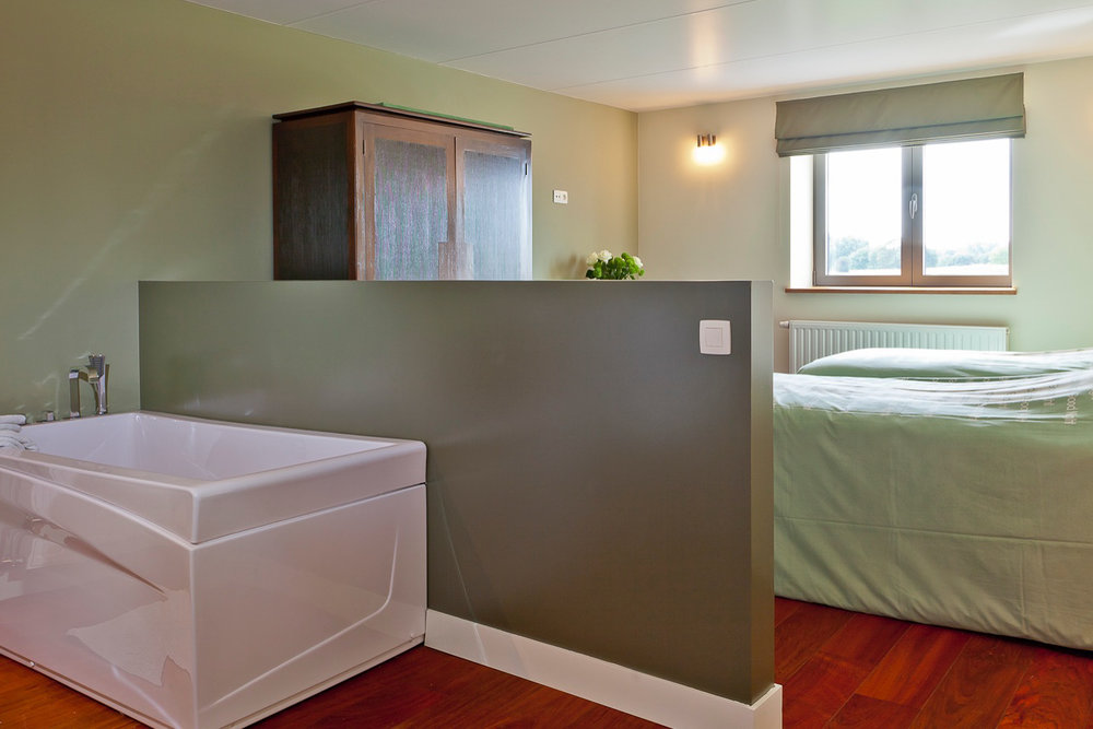 Chambre 2 - 2 lits simples,salle de bain privée, WC, TV.