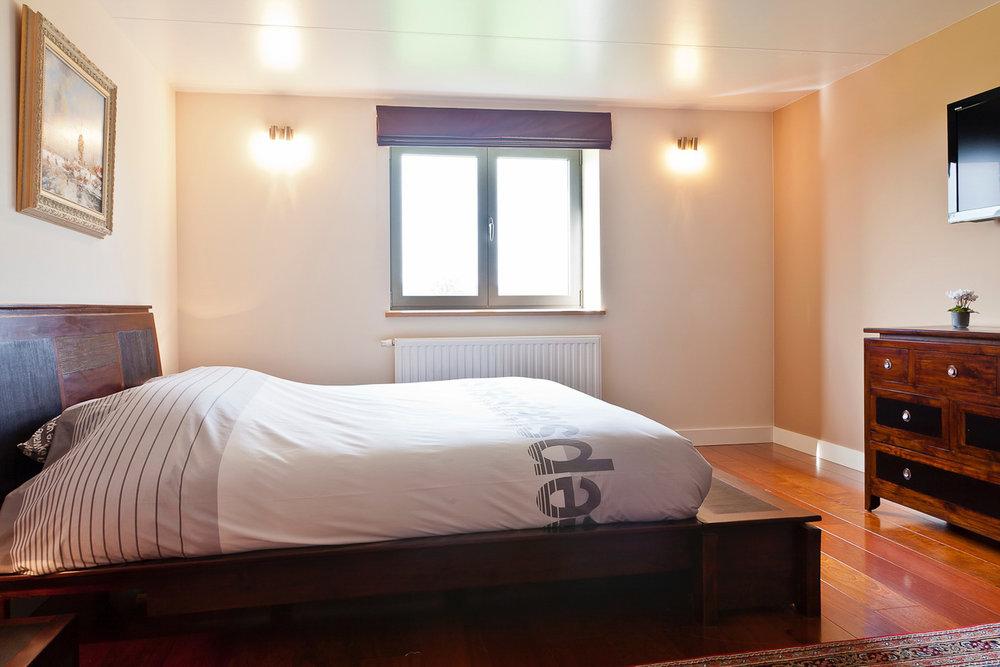 Kamer 4 - Een tweepersoonsbed met TV,een badkamer (bubbelbad en douche) en WC.