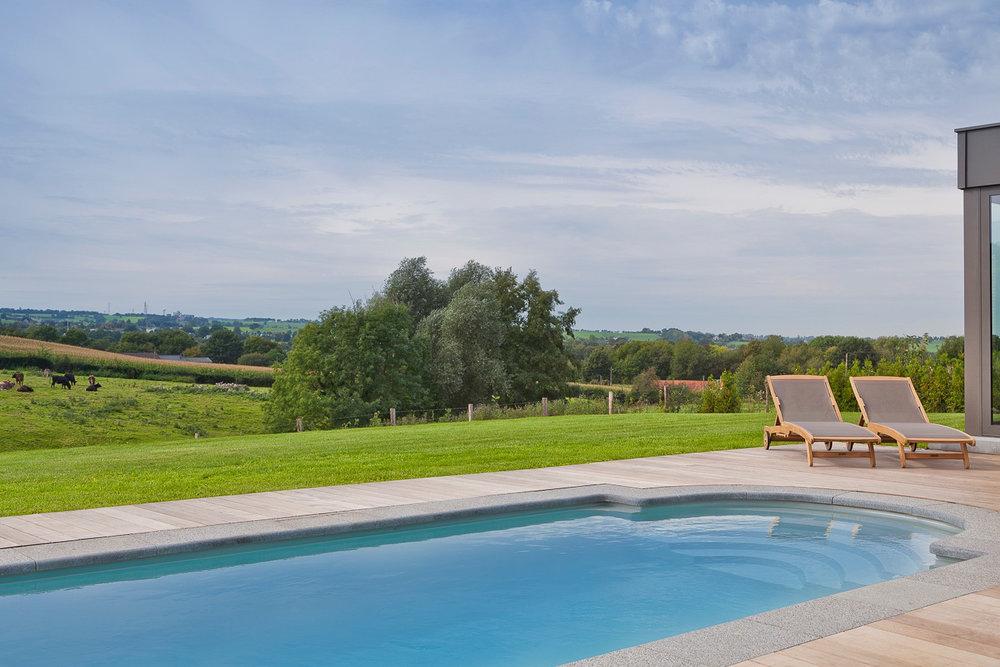 Buiten zwembad - Het tot 30°C verwarmde zwembad met een panoramisch uitzicht.
