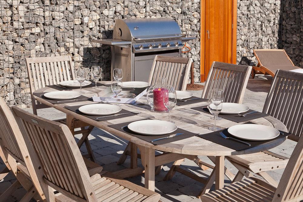 Terrasse - Equipée d'un barbecue, meubles de jardin et de chaises longues.