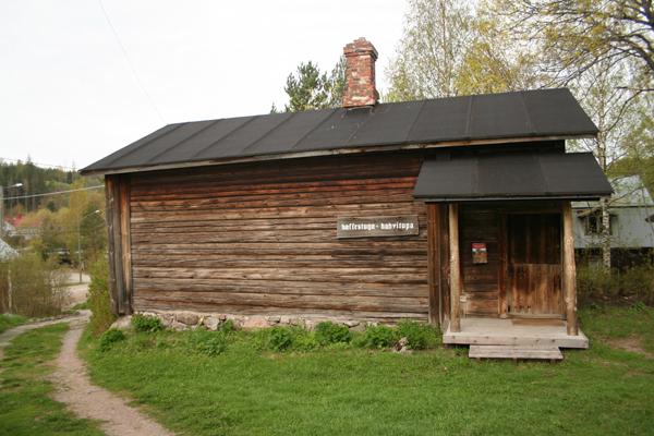 """1. Kahvitupa..1. Kaffestugan - ....Kahvitupa on todennäköisesti osa Jontaksen maatilaan kuuluvaa maalaistaloa, joka sijaitsi mäellä ennen vuoden 1889 isojakoa. Jostain syystä taloa ei siirretty muun maatilan kanssa, sen sijaan tuvan asutti sen jälkeen seppä ja sitä kutsutaan siitä syystä """"Sepän tuvaksi"""". Nykyään talossa sijaitsee kahvitupa ja siinä on tyylinmukainen sisustus, jonka on suunnitellut vuonna 1970 taiteilija Heimo Valve...Sannolikt del av bondstugan som hörde till hemmanet Jontas som låg på backen innan storskiftesregleringen 1889. Av någon anledning flyttades inte huset ut med resten av hemmanet, utan beboddes därefter av smeden och kallas därför """"sminns stuvun"""". Inhyser idag kaffestuga med en stilenlig inredning planerad år 1970 av konstnären Heimo Valve....."""