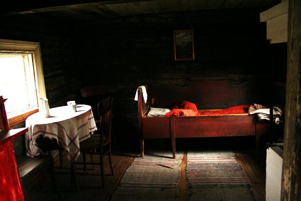 """3. Winterin tupa..3. Winters stuga - ....Tuvan päätyyn on kaiverrettu vuosiluku 1793, ja se on siten yksi mäen vanhimpia rakennuksia. Nimi """"Winterin tupa"""" on peräisin Karl Winter -nimiseltä rengiltä (1858-1924), josta tuli myöhemmin mäkitupalainen. Tupaa käytettiin asuntona vielä 60-luvulla, vaikka asumispinta-ala ei ole suurempi kuin 3 x 3 m...Har årtalet 1793 inristat på gaveln och därmed en av de äldsta byggnaderna på backen. Kallas """"Winters stuga"""" efter Karl Winter (1858-1924) var en dräng som senare blev backstugubo. Beboddes ännu på 60-talet trots att boytan inte uppgår till mer än 3 x 3 m....."""