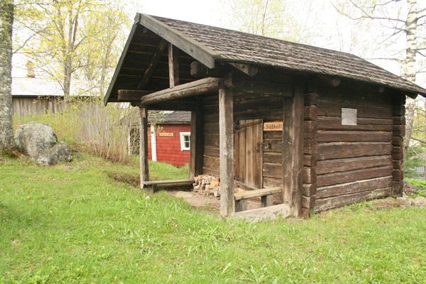 4. Savusauna..4. Rökbastun - ....Saunan rakensi noin vuonna 1900 Karl Lönnfors, joka syntyi Postimäellä. Sauna seisoi aiemmin maantien toisella puolella Lönnforsin tuvan vieressä, mutta luovutettiin ja siirrettiin Postimäelle 1972.'..Byggdes kring år 1900 av Karl Lönnfors, född på Postbacken. Stod tidigare på andra sidan landsvägen vid hans stuga men donerades och flyttades upp på backen år 1972.....