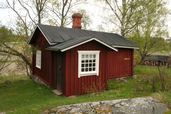6. Olkimuseo (Englundin tupa)..6. Halmmuseet (Englundska huset) - ....Tämän talon rakensivat 1890-luvulla puuseppä Johan Emil Siltala (synt.1874) ja hänen vaimonsa. Se myytiin myöhemmin ja sen osti August Tomasson, jonka poika Felix Englund sai talon haltuunsa. Hänen leskirouvansa Fanny Englund möi talon BUF:ille. BUF:in ryhtyessä hoitamaan Postimäkeä tämä talo oli mäen kaikista rakennuksista huonokuntoisin, ja se on siksi restauroitu perusteellisesti. Restauroinnin yhteydessä taloon rakennettiin myös ajanmukainen eteinen. Nykyään rakennuksessa toimii olkimuseo, jonka perustivat 1983 Gusti Waselius ja Gunnel Busk...Byggdes på 1890-talet av snickaren Johan Emil Siltala (f.1874) med fru. Såldes senare och köptes av August Tomasson vars son Felix Englund sedan övertog huset. Hans änka Fanny Englund var den som sålde huset till BUF. Huset var i sämst skick av alla backens byggnader då BUF tog över, och har därför restaurerats grundligt. I samband med restaureringen fick huset också en tidstypisk farstu. Nu inhyser byggnaden ett museum med halmarbeten som inrättades år 1983 av Gusti Waselius och Gunnel Busk.....