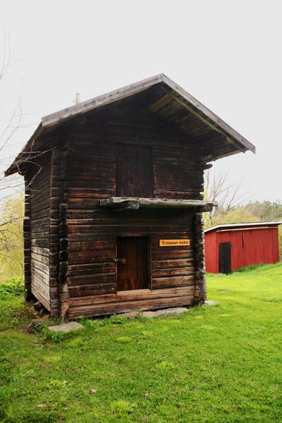 11. Kraun aitta..11. Kraubodan - ....Siirretty vuonna 1972 Krauvakselta, joka sijaitsee yhden kilometrin päässä Postimäeltä itään. Aitta seisoi kuitenkin mäellä ennen isojakoa 1800-luvun lopulla. Aitan päätyyn on kaiverrettu vuosiluku 1760, ja se on siten Postimäen vanhin rakennus, jonka rakennusvuosi voidaan vahvistaa varmuudella...Flyttad år 1972 från Krauvas 1 km öster om Postbacken, men har stått på backen innan storskiftesregleringen i 1800-talets slut. Boden har årtalet 1760 inristat på gaveln, och är därmed Postbackens äldsta byggnads vars byggnadsår säkert kan bekräftas.....