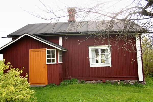 14. Lina Sandströmin tupa (Sepän tupa)..14. Lina Sandströms stuga (Smedens stuga) - ....Tuvan rakensi seppä ja mäkitupalainen Johan Sandström (1808-1855) tien varrelle vuonna 1835. Hänen poikansa Frans lunasti tontin 1920. Lapsenlapsi Konstantin asui talossa ja toimi seppänä, mutta muutti myöhemmin pois ja talon viimeiseksi asukkaaksi jäi hänen sisarpuolensa Lina. Hän kuoli 1960, ja tupa ja kaikki mitä siihen kuului jäi hänen jäljiltään alkuperäiseen asuunsa. Tuvassa jopa sokeriastian sokeri on peräisin Lina Sandströmin ajalta...Uppfördes nere vid vägen år 1835 av smeden och backstugubon Johan Sandström (1808-1855). Hans son Frans inlöste tomten 1920. Sonsonen Konstantin bodde där och verkade som smed, men flyttade sedan och husets sista invånare var hans halvsyster Lina. Hon dog år 1960 och lämnade allt precis som det var. I stugan står t.o.m. sockret kvar i sockerskålen från Lina Sandströms tid.....