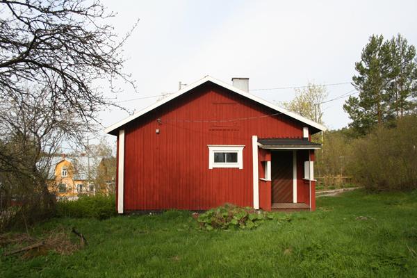 17. Fridhem (Sofian tupa)..17. Fridhem - ....Tupa on rakennettu 1870, ja siinä asui kauan käsityönopettaja Sofia Forsman (1858-1933), joka oli Ilolan huomattavin oljenpunoja. Taloa muuttivat ja sen turmelivat 1900-luvun omistajat, ja sillä on siten vain vähän museollista arvoa. Talo on remontoitu valmiiksi ja vuokrattuna vuonna 2017 lähtien...Byggt 1870 och länge bebott av handarbetslärarinnan Sofia Forsman (1858-1933) som var Illbys främsta halmfläterska. Huset ändrades och förvanskades av ägare under 1900-talet och har därför litet musealt värde. I huset finns nu kontor och omklädningsrum för guider. Huset är färdigtrenoverat och uthyrt sedan år 2017.....
