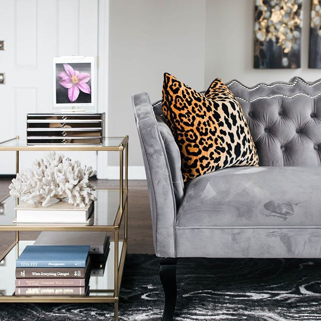 We all know that sofas are the one of the most expensive elements of any living room, but don't worry, I've got your back! -On the blog is a new post highlighting 10 of my favorite sofas under $1200. 👏🏽 Read the post by simply clicking the link in the profile. ☺️