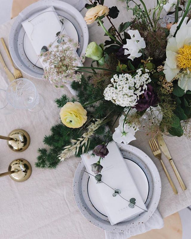 Natural textures offset with gold highlights and handmade ceramics all tied together with beautiful blooms 🌿...tap to see the talented artisans behind the details👆🏼📷 @marrbell  #yondercollective #featuredartisans