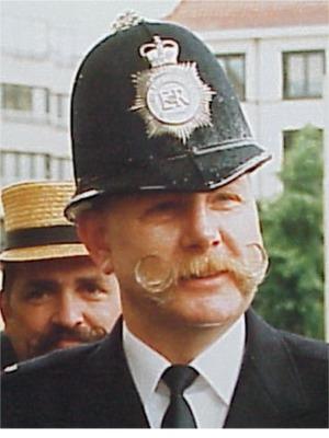 """1990: Kevin Barrell   Door zijn collega's verkozen als sympathiekste Engelse """"Bobby met Snor""""."""