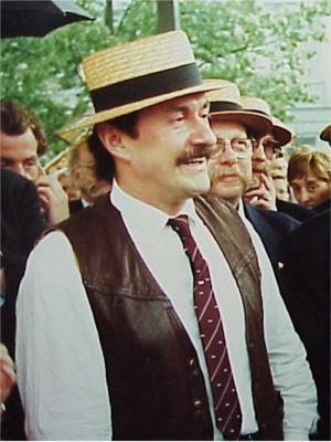"""1992: Marijn Devalck   Vroeger bekend als zanger onder de naam Marino Falco, maar later vooral als acteur met zijn glansrol als """"Boma"""" in """"F.C. De Kampioenen""""."""