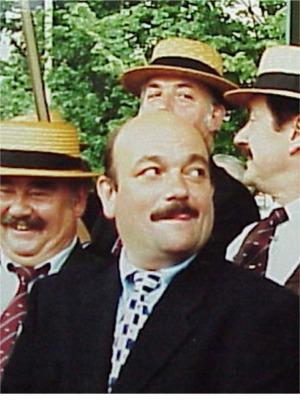 """1996: Dirk Martens   Antwerpse acteur vooral bekend als """"Achmed"""" in de serie """"Bompa Laweit"""".  Heeft ook een gezellig visrestaurant in de Huikstraat nl. """"Visa Versa""""."""