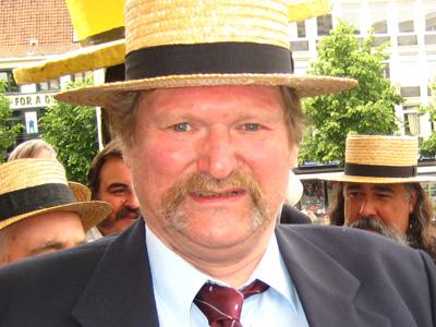 """2009: Chris Jambers   Eerbetoon aan onze logistieke sponsor die al sinds jaren het transport van onze snorrenreus """"Djon"""" verzorgt."""