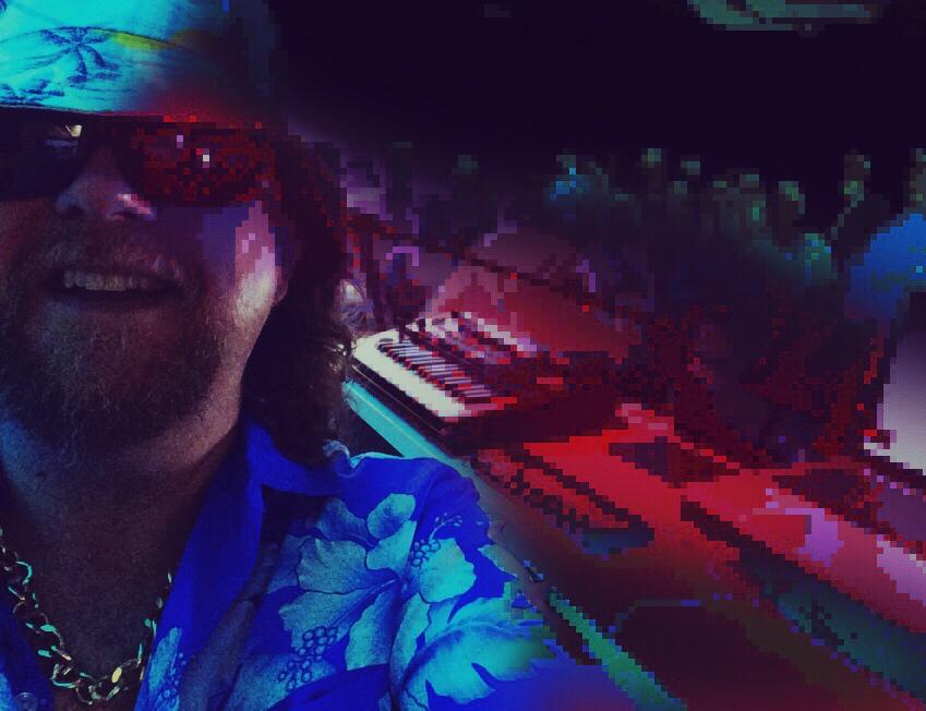 - DJ THOMYDisco, soul, groove, jazz, chill, ambient etc. Diskreetisti, yleisön viboja aistien.Menon yltyessä DJ Thomy saattaa myös miksata levymusiikin sekaan ääniä pienestä punaisesta syntetisaattoristaan...