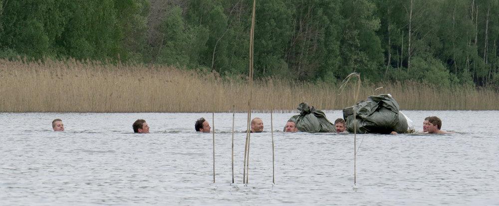 Survival Tour mit Gewässerüberquerung beim Überlebenstraining in der Feldberger Seenlandschaft