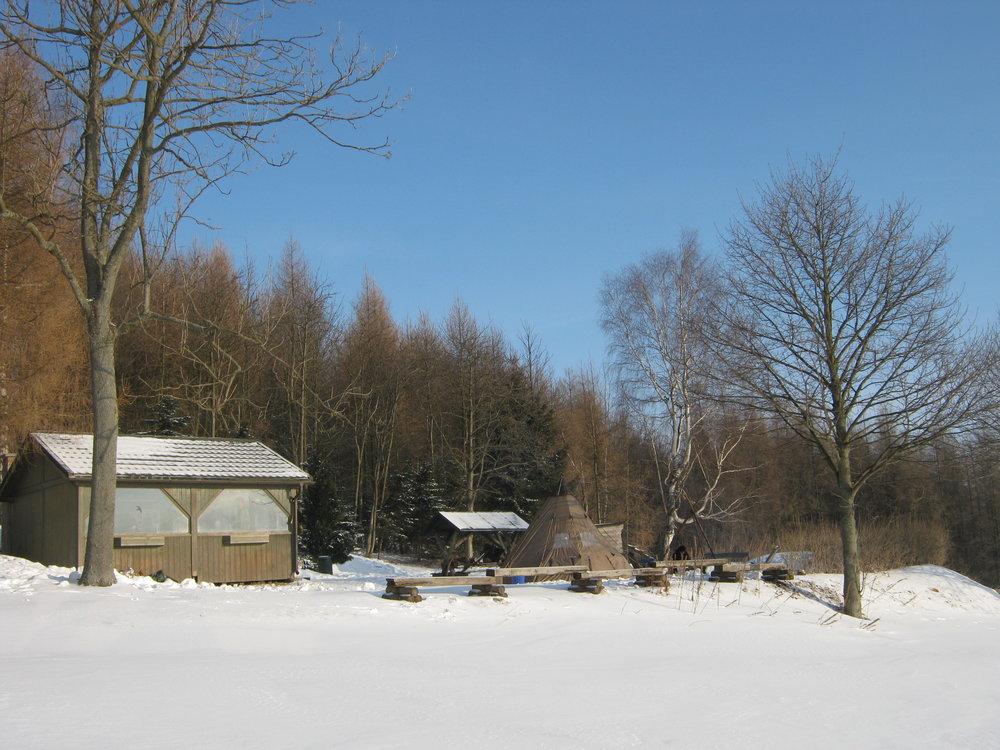 Schutzhütte beim Winter Überlebenstraining