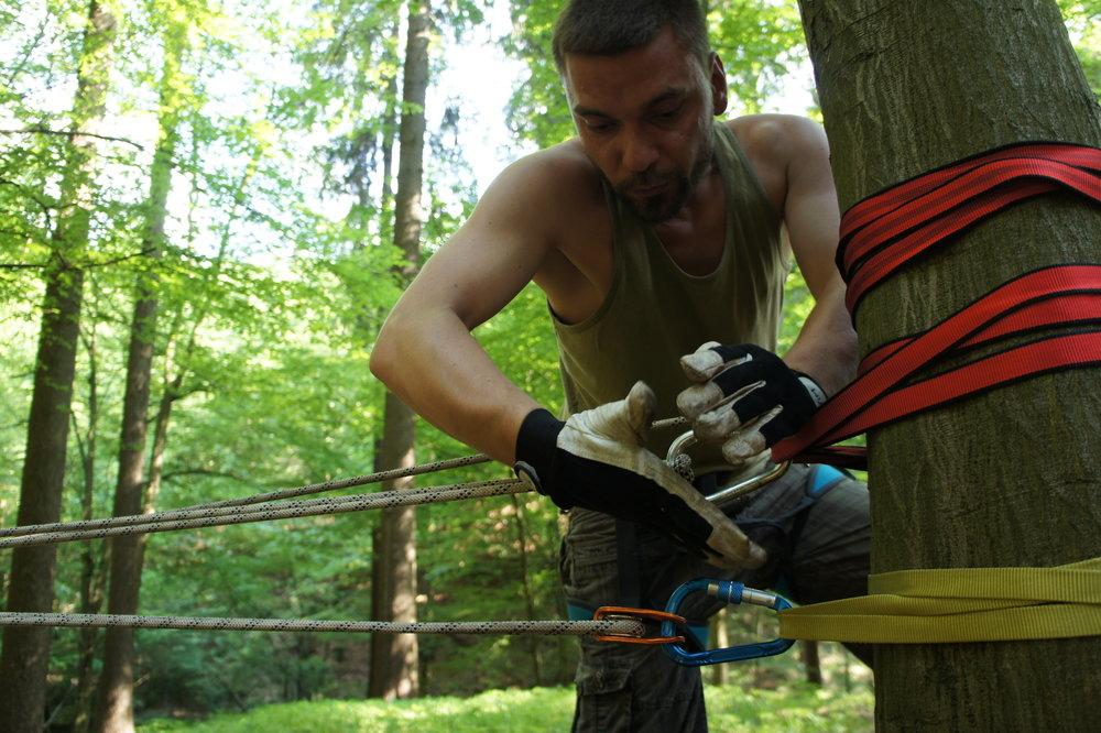 Aufbau einer Seilbrücke
