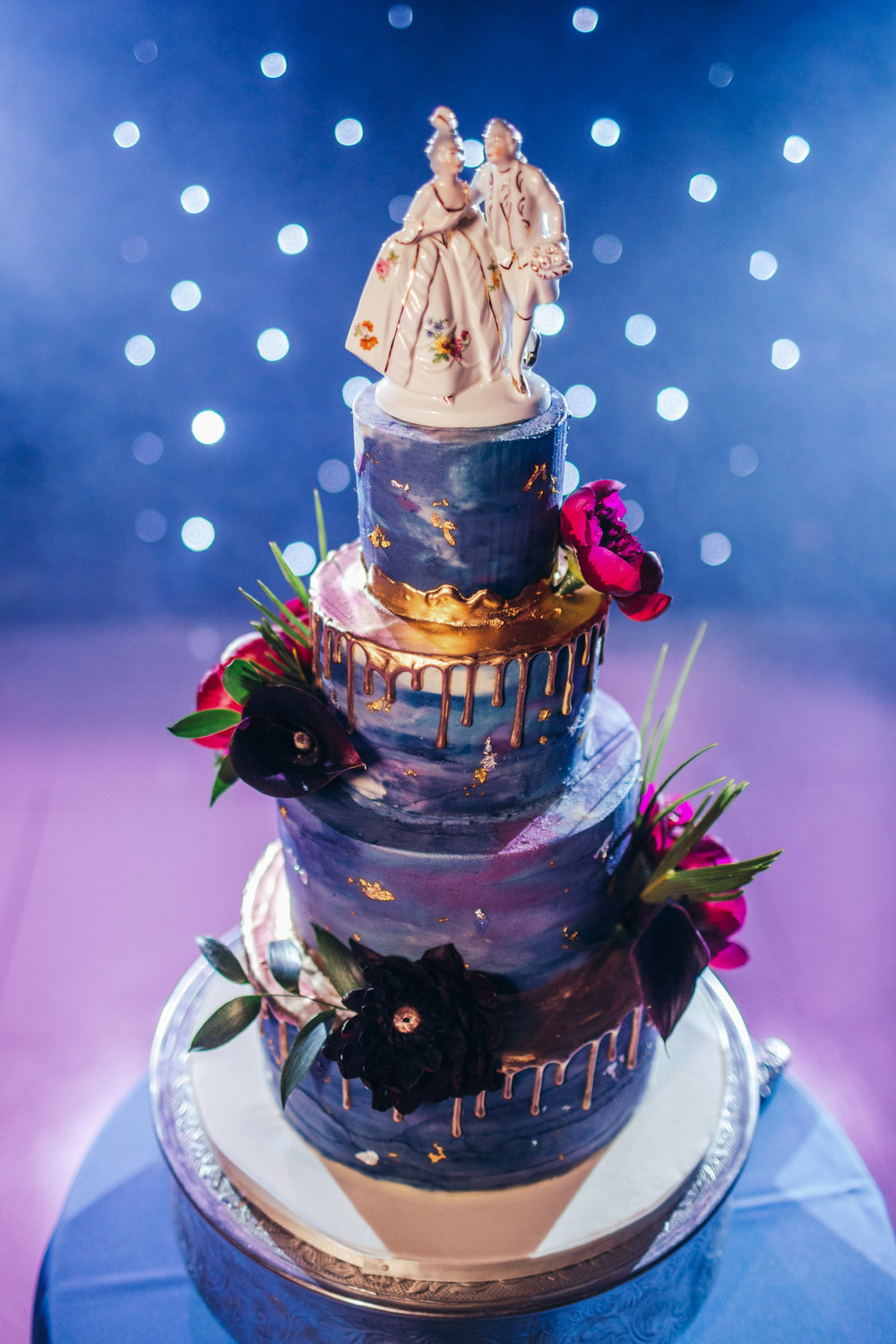 Organic and local blue and purple drip cake with gold details wedding cake