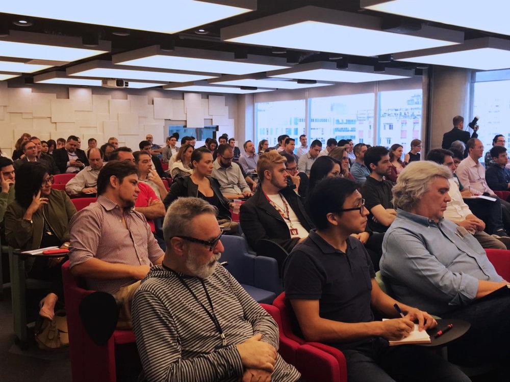 Plateia atenta ao tema blockchain no inovaBra habitat