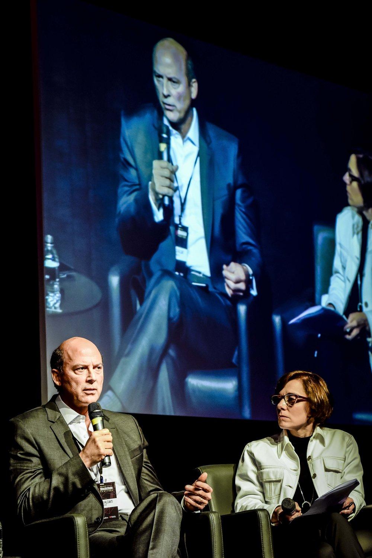 Luca Cavalcanti, diretor executivo de canais digitais, inovação e Next do Bradesco, e Katia Militello, da TW Content