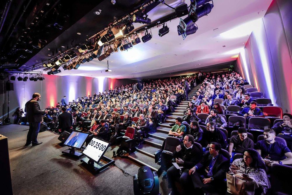 Plateia atenta ao Blockchain Festival, promovido pela TW Content