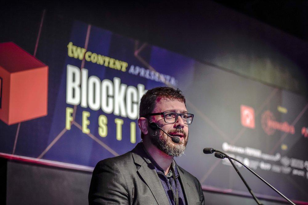 O jornalista Pedro Doria, mestre de cerimônias do Blockchain Festival, abre o evento