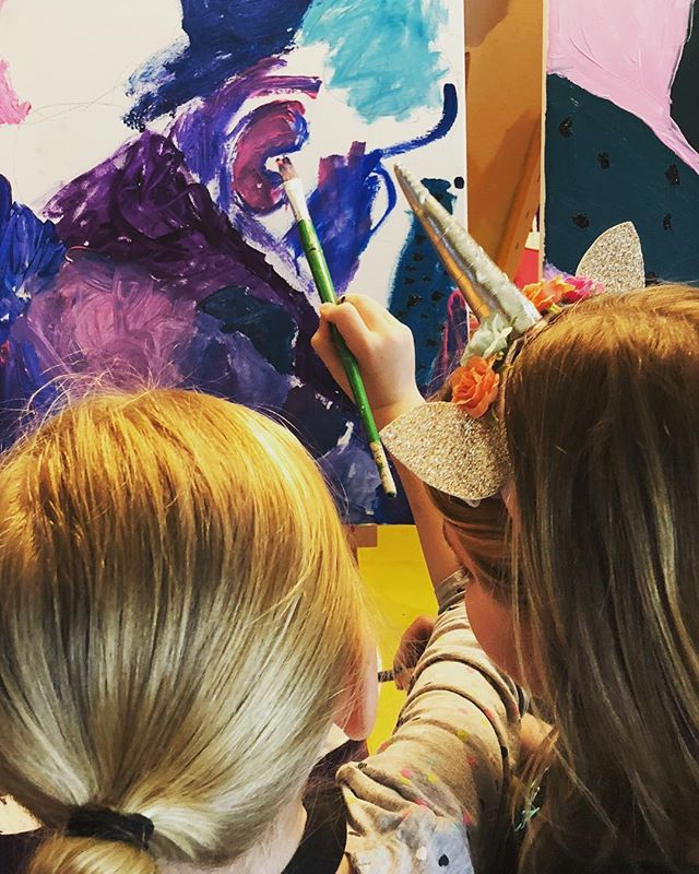 When a unicorn offers to help with your painting, you say yes. 🦄 #kidsartparty #unicornart #collaborativeart
